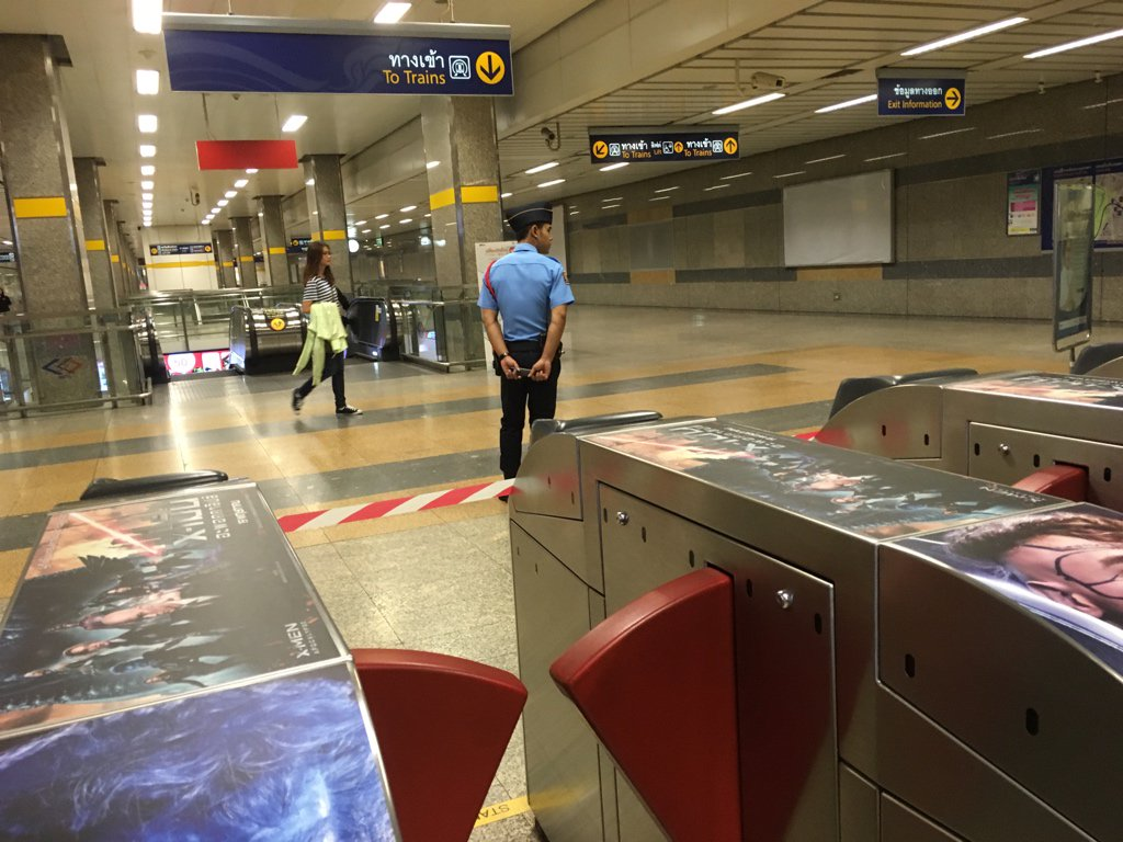 fyi…ระบบรถไฟฟ้าใต้ดินล่ม (พนง.บอกว่าหลายสถานี) ใช้บัตร/เหรียญแตะไม่ได้ ต้องต่อแถวซื้อคูปองกระดาษ ~_~ @js100radio https://t.co/UZlYnbNLXj