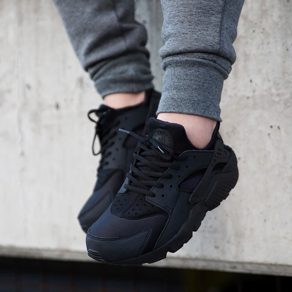 nike huarache triple black on jeans