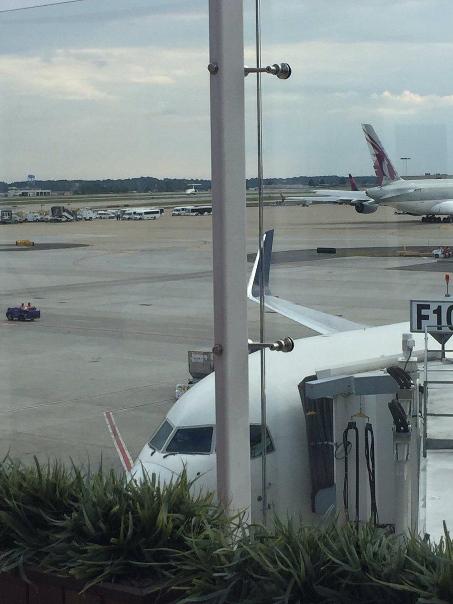 [Internacional] Airbus A380 é barrado no maior aeroporto do mundo Cj5VCoBWEAAtn2l