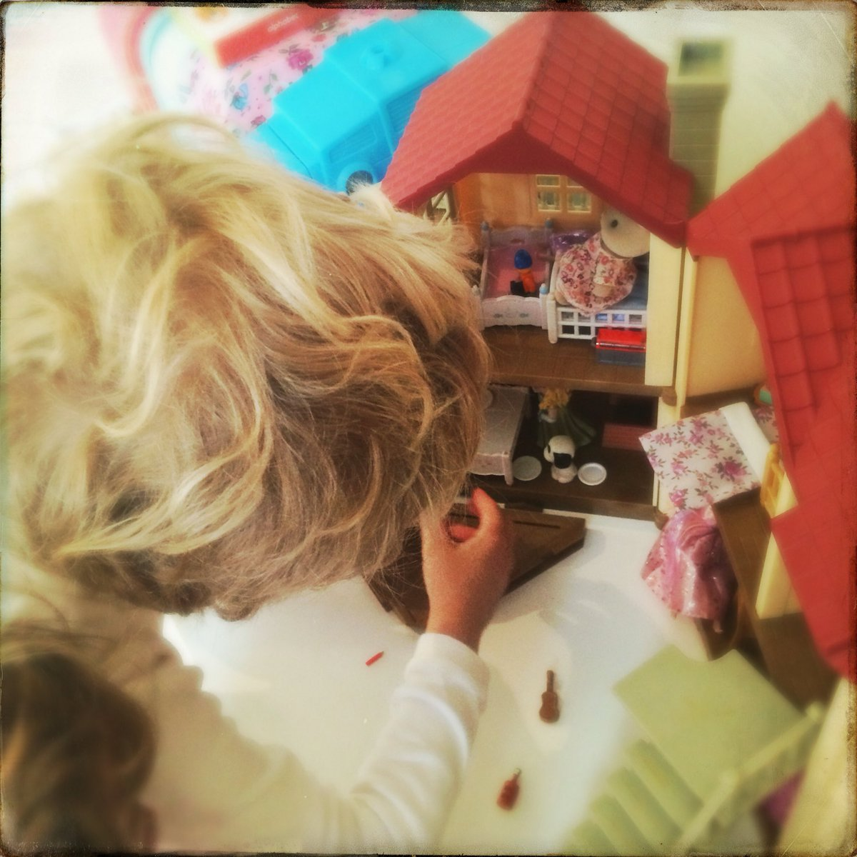 5yo son serving up breakfast in his doll's house this morning 😍#lettoysbetoys @LetToysBeToys https://t.co/11YWji5MGs