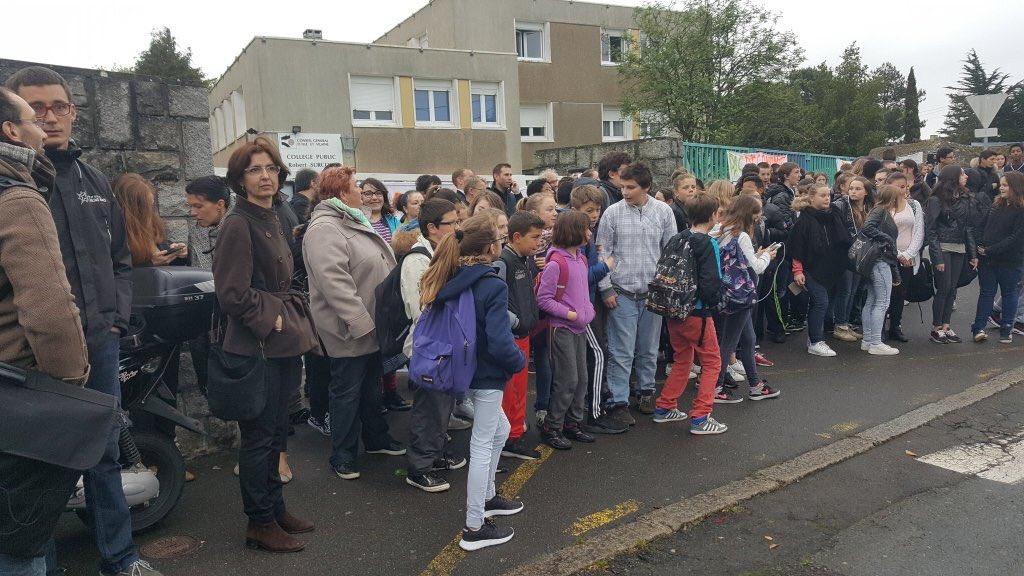 Saint-Malo : évacuation musclée d'un collège, 11 élèves blessés Cj7t5q3WkAE4U_8