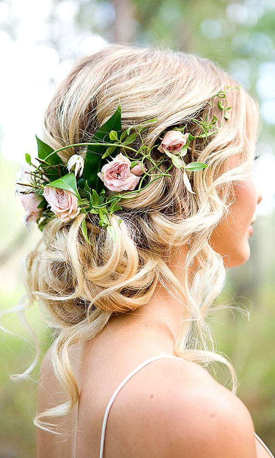 We love this wedding updo! Perfect for the boho bride or bridesmaids! #Weddinghair #wedinspo https://t.co/Xd4ELPz3Qp