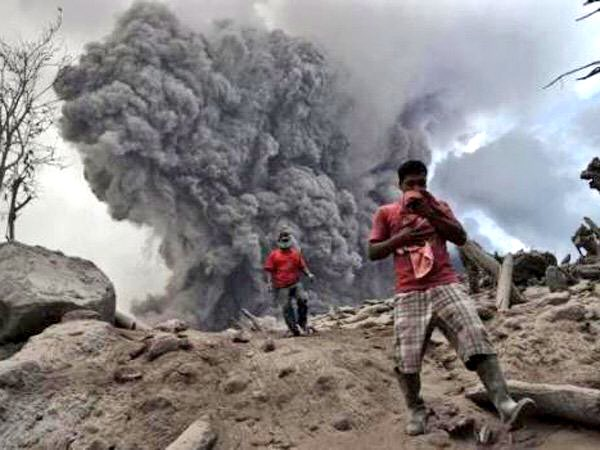 Incredibile eruzione del vulcano Sinabung sull'isola indonesiana di Sumatra