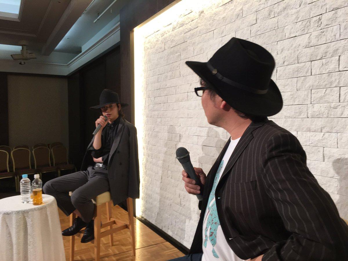綾野剛さんと園子温さんのトーク無事終了。ざっくばらんな居酒屋トークから、映画、写真などの内容も (ステージ上から先ほどアップしたので変換間違え失礼致しました) https://t.co/c5rsRX4sQ5