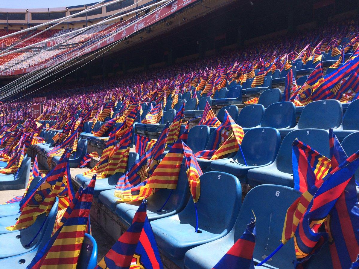 El gol de l'afició del Barça ja està preprarat amb les banderes. Tb es desplegarà una lona gegant.#JoVullSerRei https://t.co/u4K3wfAjVT