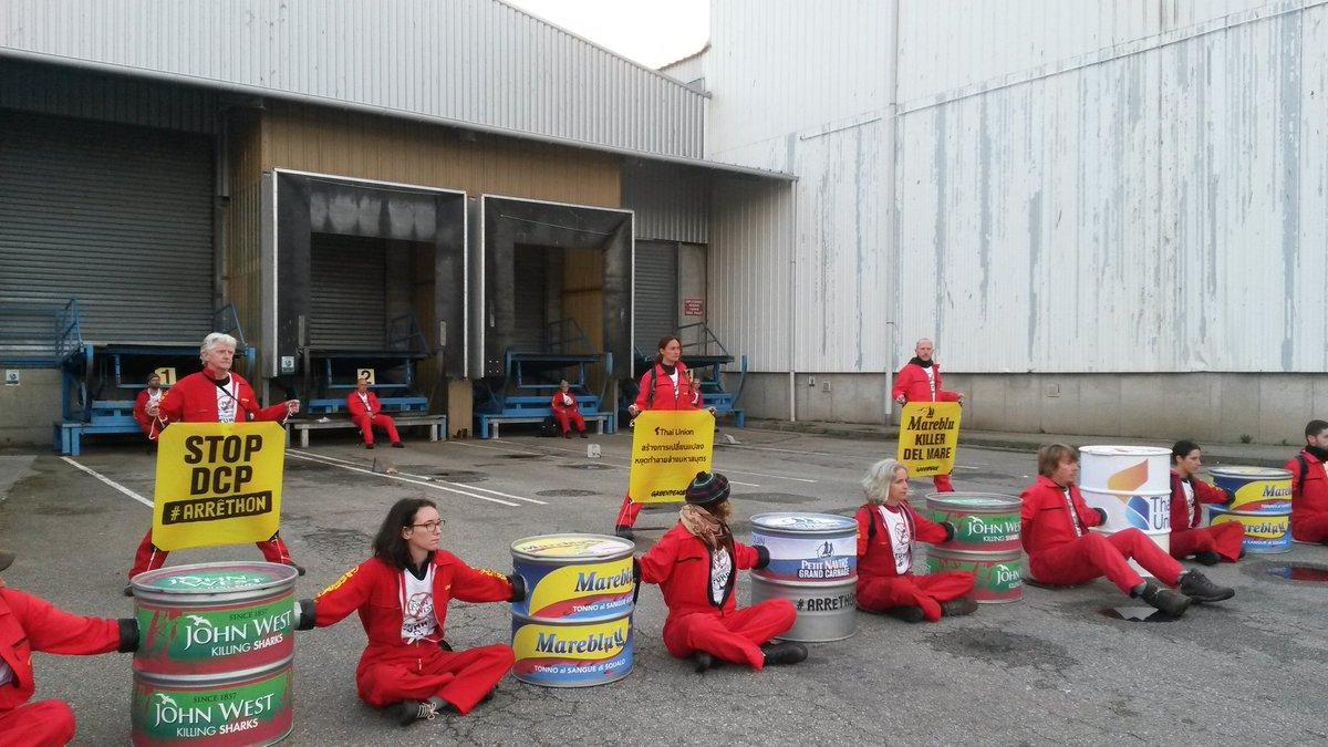 Blocage de l'usine Petit Navire de Douarnenez. Stop à la pêche destructrice.  #arrethon