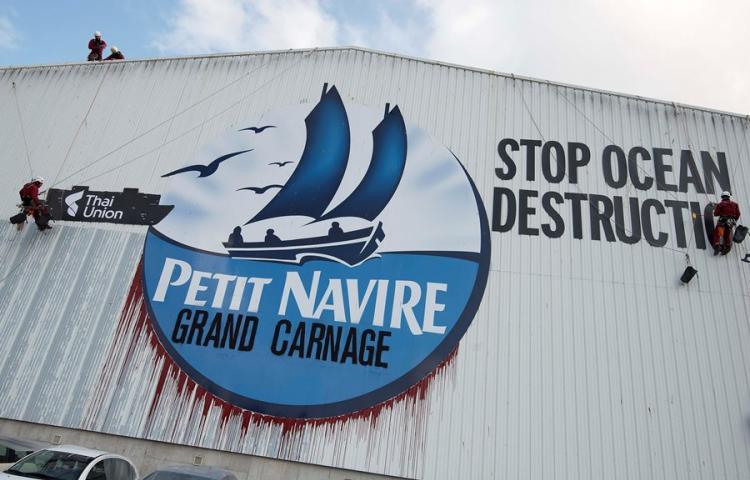 'Petit Navire, gros carnage' : la façade de l'usine @petitnavire repeinte par nos militants #Arrethon