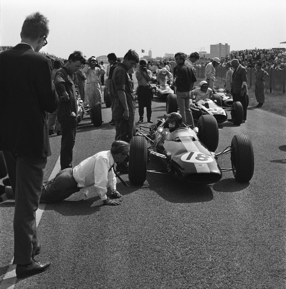 #OnThisDay 1964, Jim Clark in Lotus 25 won the #DutchGP, having lapped all but John Surtees. Pic via @PeterDWindsor https://t.co/ViYXtvU692