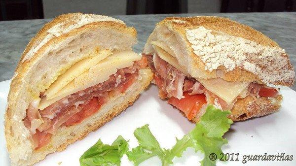 Un buen bocadillo no tiene exceso de salsas: el alimento dentro del pan es el verdadero protagonista https://t.co/lwliFwthAb
