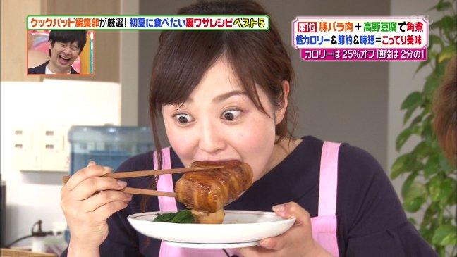 豚ばら肉を食べる水 卜 麻美