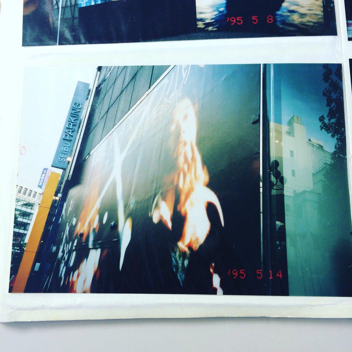 私の好きな小沢健二。97年?「強い気持ち 強い愛」発売が渋谷をジャックした時。学校帰りに確認しに行きまくった。写ルンですで撮った日付の入った紙焼きをiPhoneで撮った例。。渋谷movidaの前なり。 #ozkn #魔法的 https://t.co/mgpof6tAea