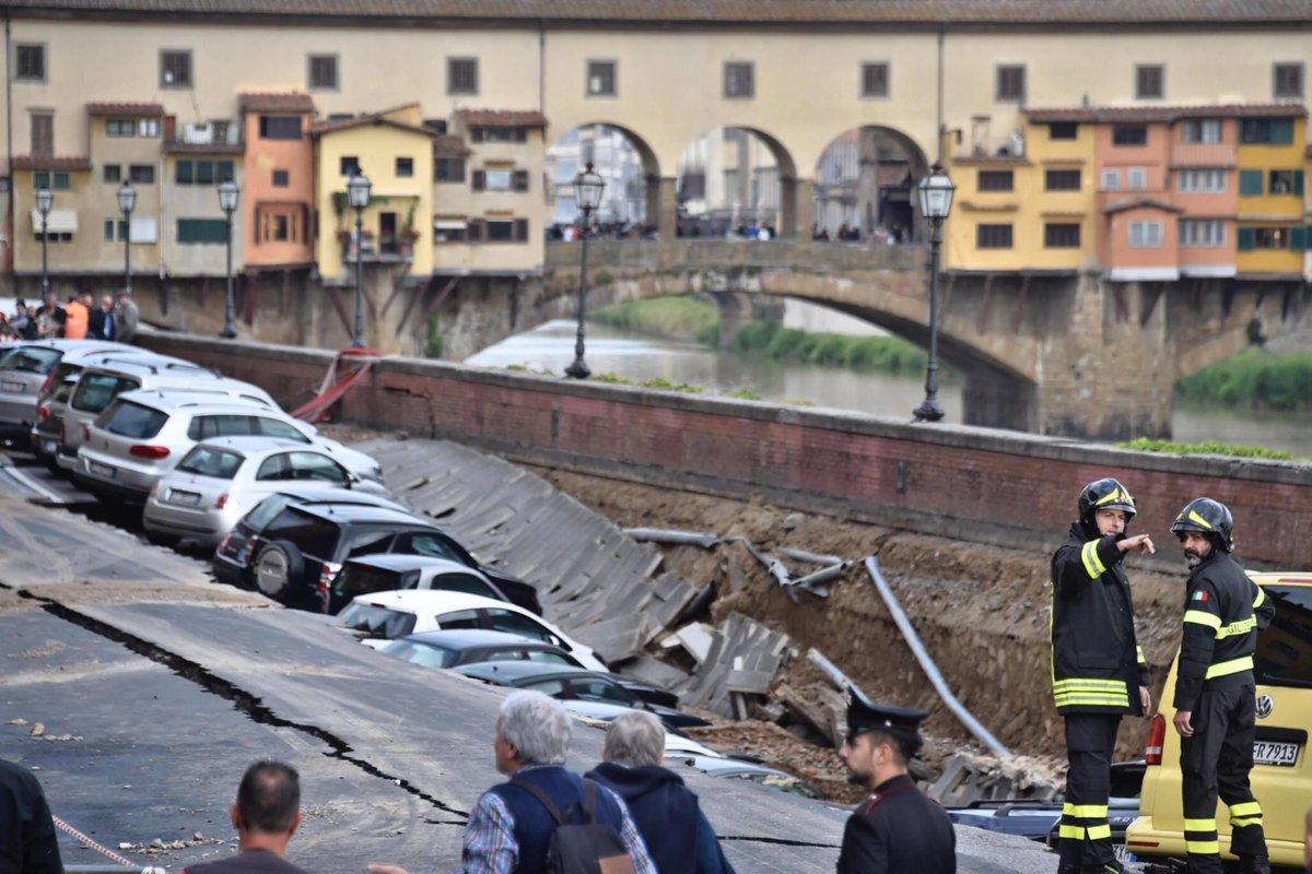 Le immagini della voragine di Firenze vicino al Ponte Vecchio