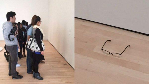 Dupla 'esquece' óculos em chão de museu e visitantes pensam que é obra de arte https://t.co/tEWs1RtjhX