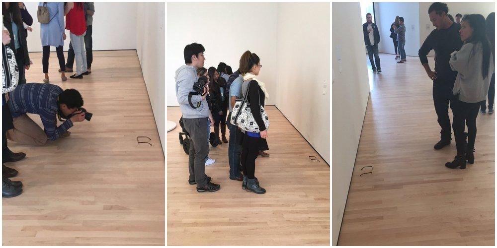 イタズラで美術館の床に普通のメガネを置いたら「アートだ!」と勘違いした人々が集まりだした @サンフランシスコ