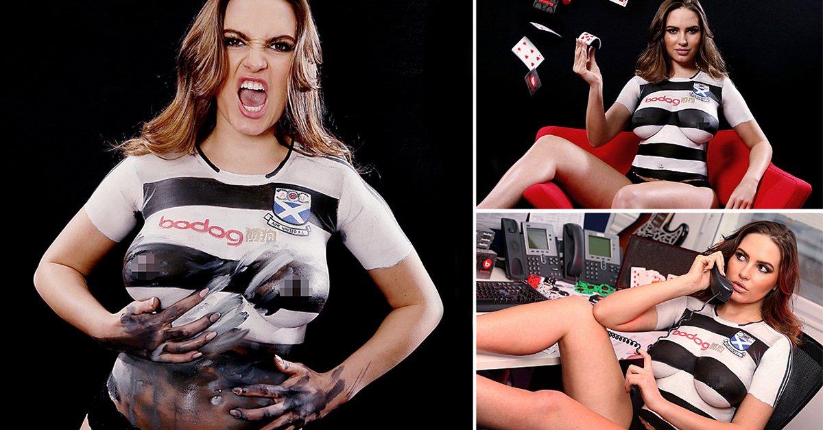 Internasional  - Demi Rilis Jersey Ayr United, Wanita Ini Nekat Telanjang Dada