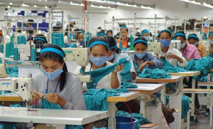 Operaie cambogiane e indiane rischiano di perdere il lavoro in caso di gravidanza