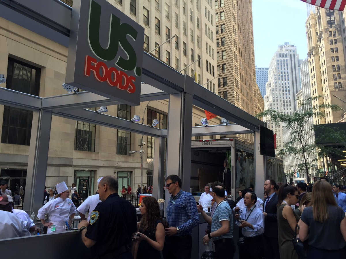 WHAT'S HAPPENIN': We're honored to be in #NYC serving up #burgers at the @nyse for the #USFDCelebration w/ @USFoods! https://t.co/JbnTqpIV8z
