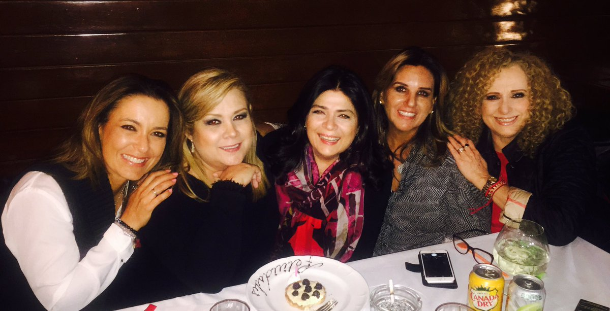 #ladiesnight festejando a @victoriaruffo31 @braviela @MizadaMohamed @LUPITAMARTINEZA y yo mera https://t.co/BzfqyLeCrT