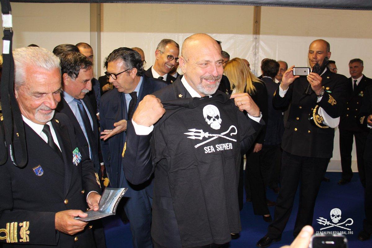 Admiral Giuseppe De Giorgi, Italian Navy Chief of Staff, with #SeaShepherd t-shirt #SEAFUTURES #2016 in #Italy.