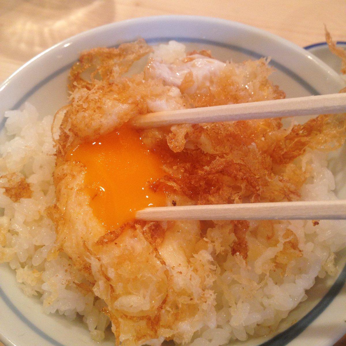 なんと生卵を天ぷらにしたものが乗せられている卵丼!外はサクサク、中はトロ〜。甘い天丼のタレがかかっていてご飯が進みまくる。一口食べれば今までにない奇跡の味を体験できるぞ。 https://t.co/zUZyIJ4hTh
