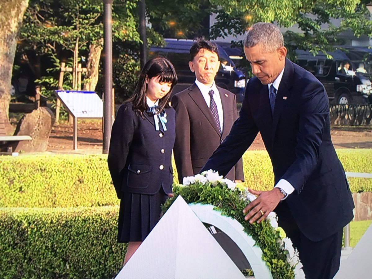 Powerful moment. Obama lays a wreath at the #Hiroshima Peace Memorial. History unfolding, 71 years after the A-bomb. https://t.co/XZPqqxA529