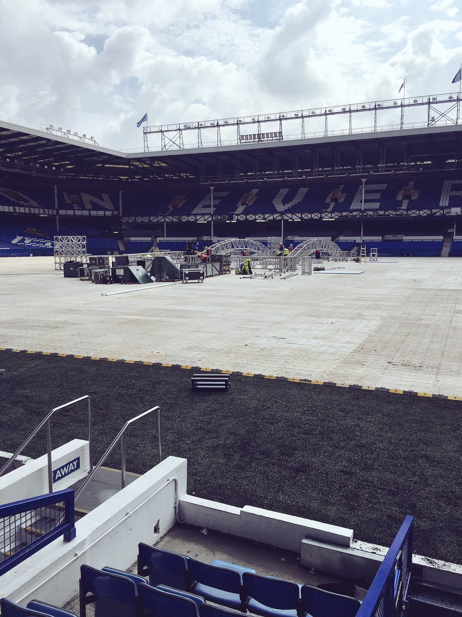 Structure going in...... 54 hours to go...... #BellewMakabu @TonyBellew @MatchroomBoxing #RealLifeRockyStory https://t.co/933Z0TWeZf