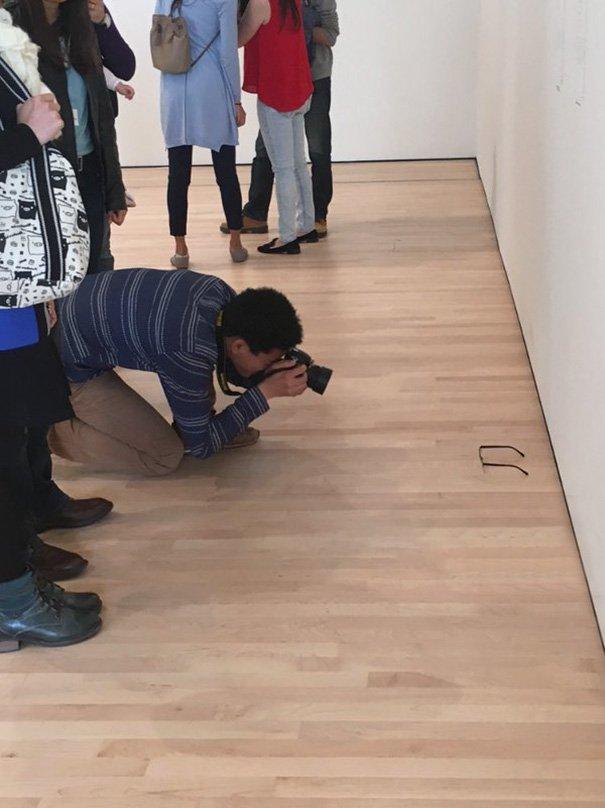 美術館の床にメガネを置いた結果?アートとして受け入れられるwww