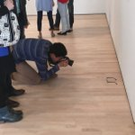 美術館の床にメガネを置いてみたら、みんながアートとして鑑賞し始めた。アートって不思議ですよね。bor…