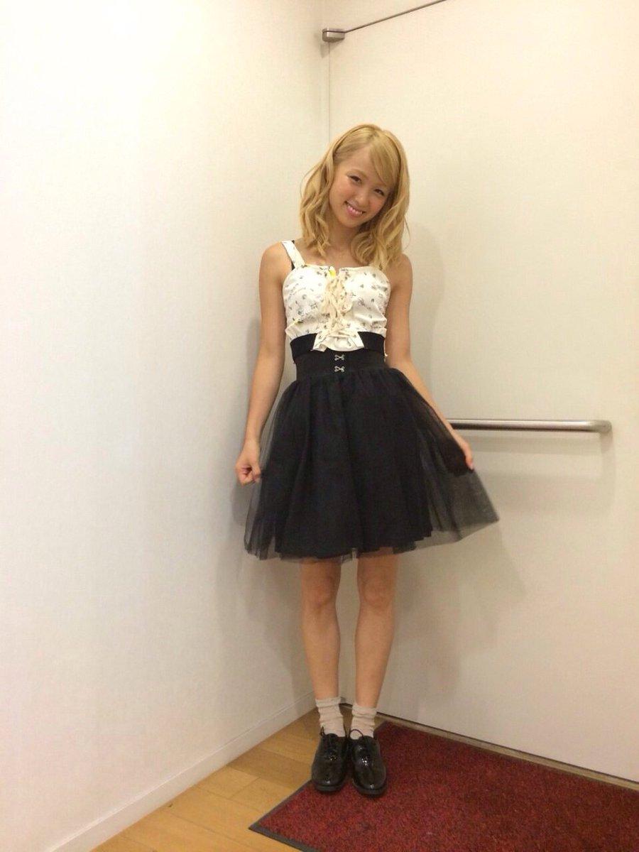 黒のスカートをはいたAmi