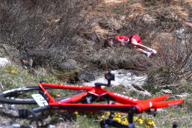 ジロ第19ステージ、総合4位だったイルヌール・ザッカリン(カチューシャ)が落車、鎖骨と肩甲骨の骨折でリタイアとなった。レースは命がけ、そして生死の狭間で選手たちは勝利のためにリスクに命を賭けるものなのだと改めて実感した。 https://t.co/EBGeFbGOj1