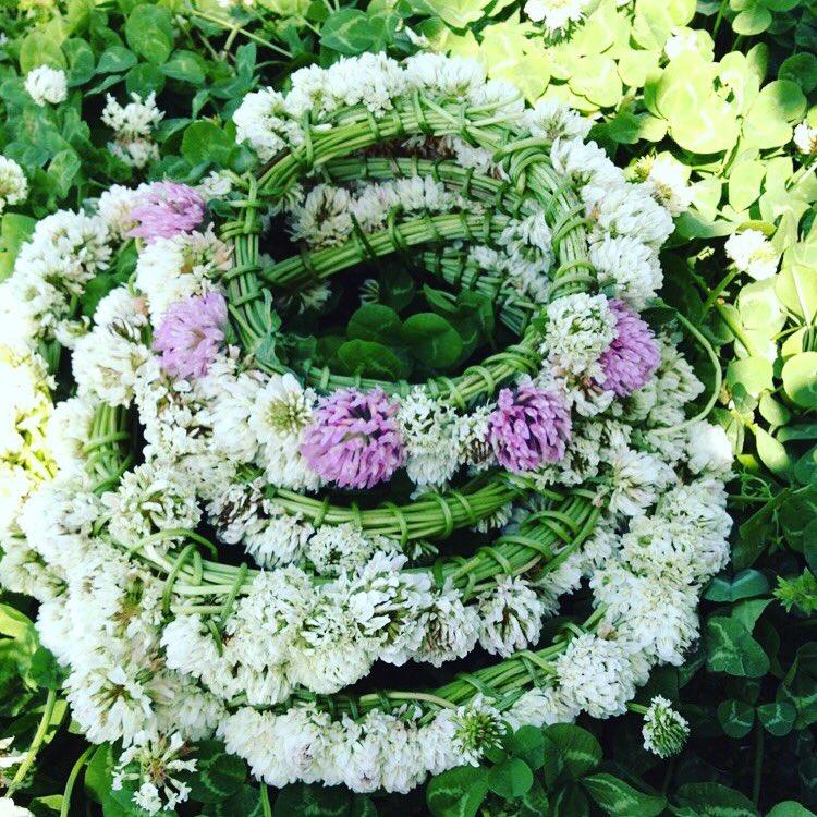 数年まえ遠足で子供たちに花冠のつくりかたをおしえてあげたときの写真。そのときの草の匂いまで思い出せる。こういう些細な記憶は残るのだなぁ。 pic.twitter.com/ZItLhpIZ8M