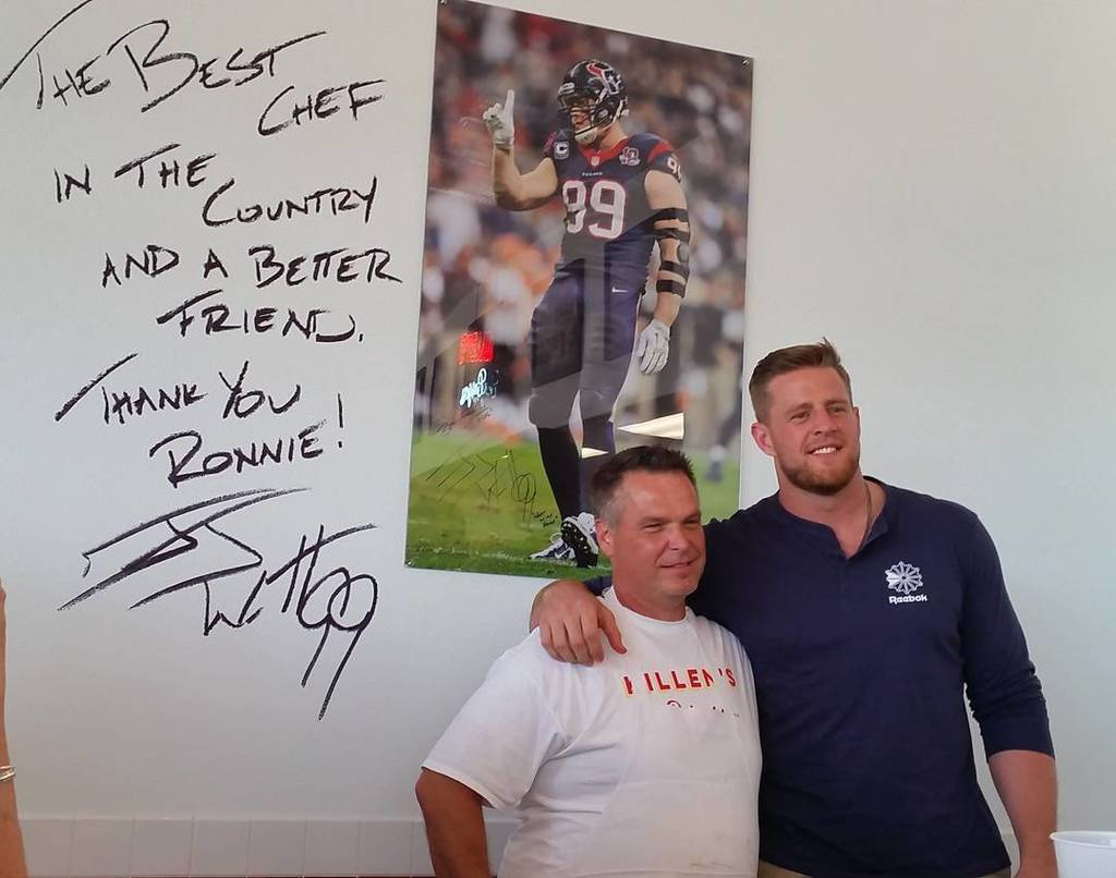 So pretty! The fans are loving that JJ Watt came out to the Killen's Burgers opening. #pearland https://t.co/2IRAEoISUh