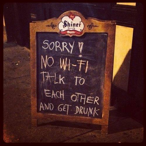 イギリスのパブのサイン。「悪い、wifiないんだ。周りの人間と話して酔っぱらいなよ」好きだな、せっかく出かけて携帯にらめっこ残念だもんね。 pic.twitter.com/xsb8r2OlwL