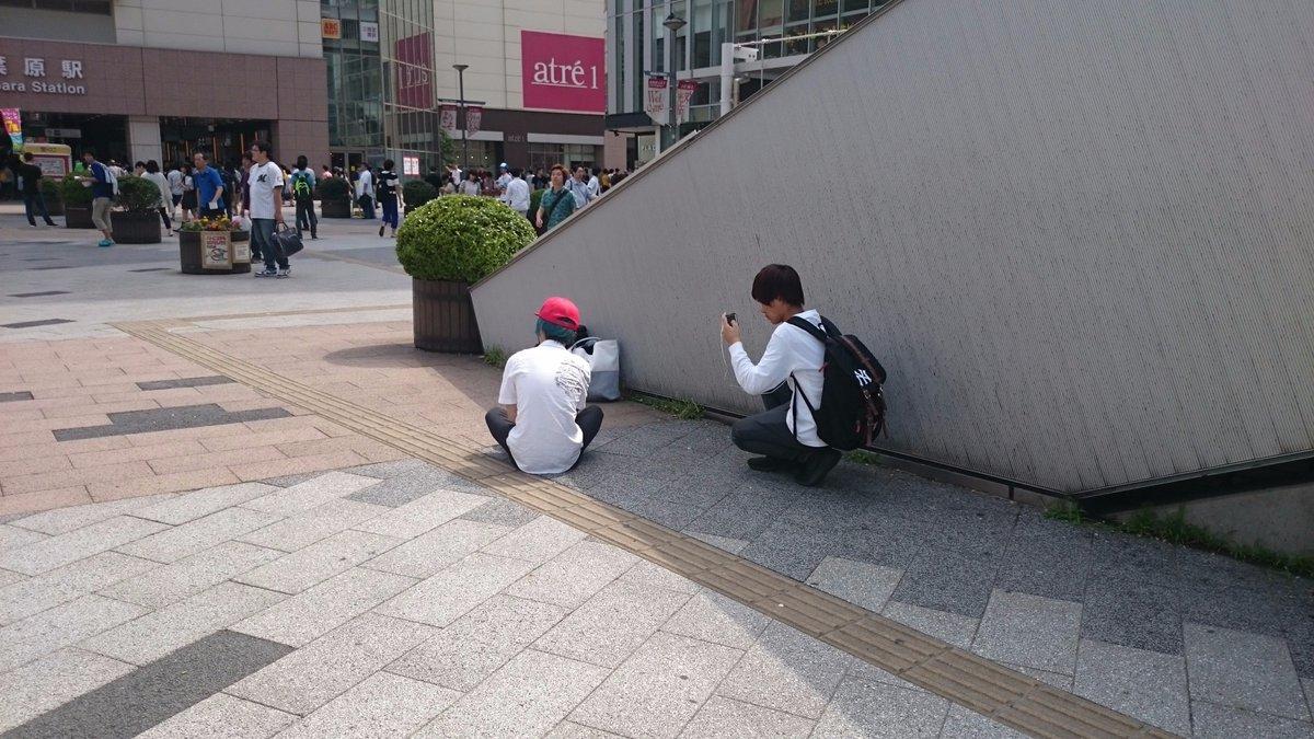 (再掲)秋葉原駅前広場で、フィギュア箱に釣糸つけて、拾おうとした人を撮影するいたずらしてる2人が。伸ばした釣糸に引っ掛かって、何人か怪我人が。 #akiba 14時30分現在、河岸を変えた模様