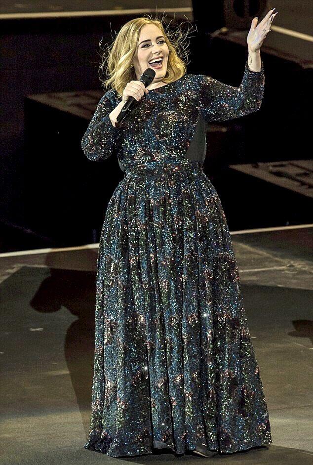Adele dans robe sequin à Verona chic