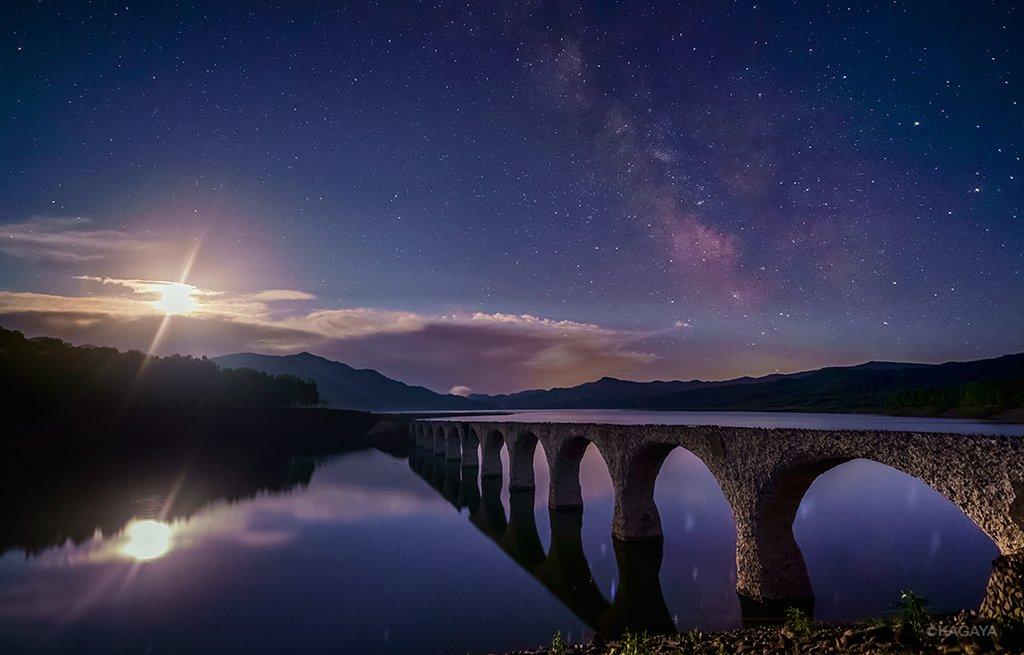 天の川の下、それはまるで銀河鉄道の路線のよう。深夜静かに昇った月に、かつての鉄道橋が照らされていました。(今朝未明、北海道上士幌町タウシュベツ川橋梁にて撮影) pic.twitter.com/2fpBAdrxwd
