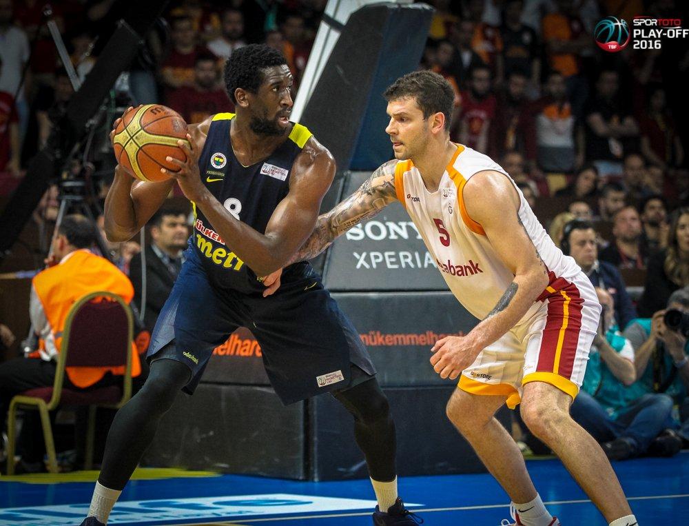 Galatasaray Odeabank, Fenerbahçe'yi 65-63 yendi