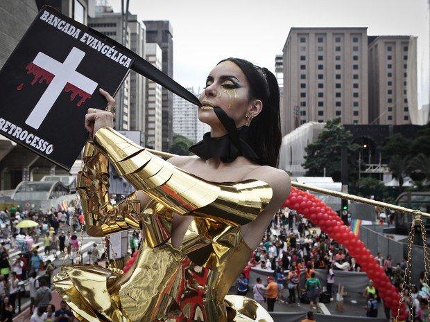 Transexual desfila com fantasia crítica à bancada evangélica na Parada Gay https://t.co/9lGUwmr2j9 #G1