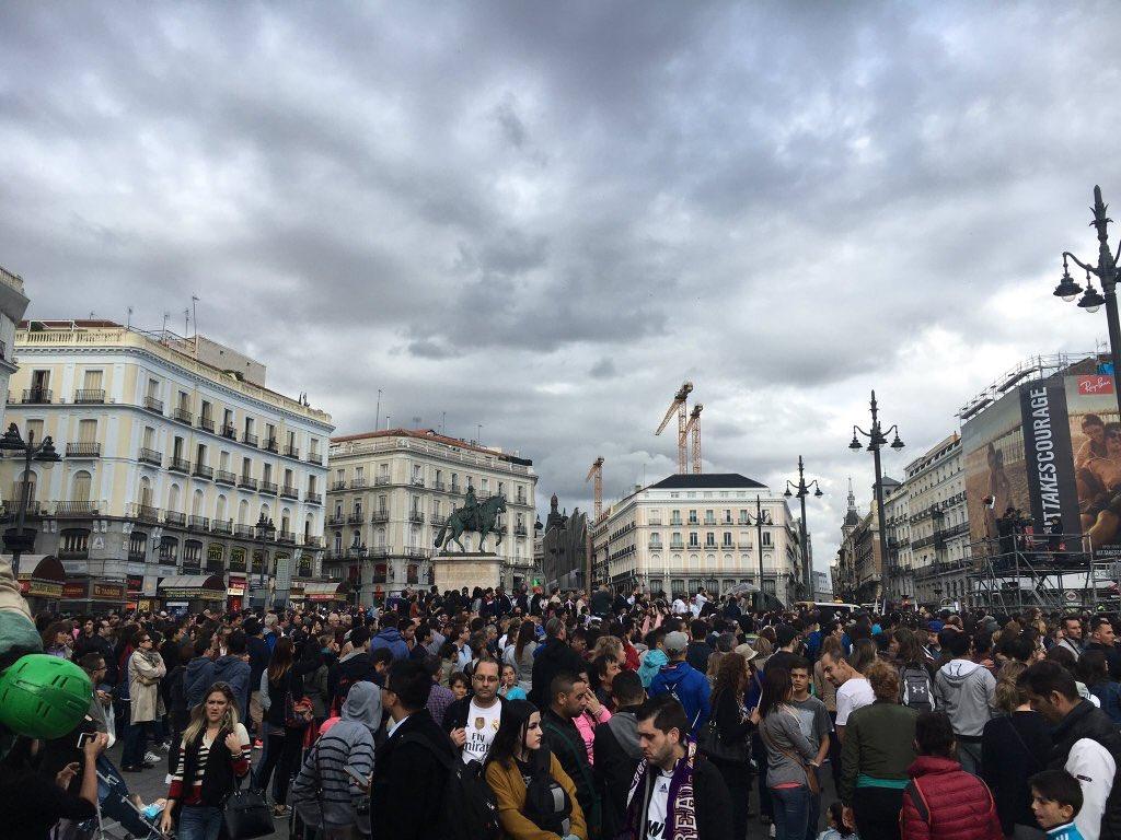 In madrid realmadriden fans gathering in the puerta del for Puerta 23 bernabeu