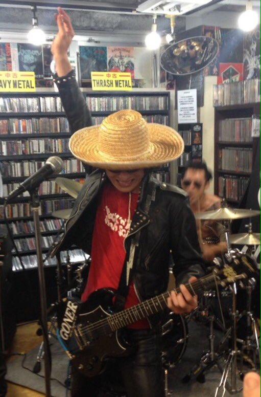 """ギターウルフ渋谷disk unionチラノザウルス四畳半ライブ終了!なんと国内では初のインストア!!!収録曲""""海とコーラ""""ではセイジさん麦わら帽子を着用!似合ってなさ過ぎて知らないお客さんの肩にもたれかかって爆笑してしまいました! https://t.co/UaXnf0Sy1C"""