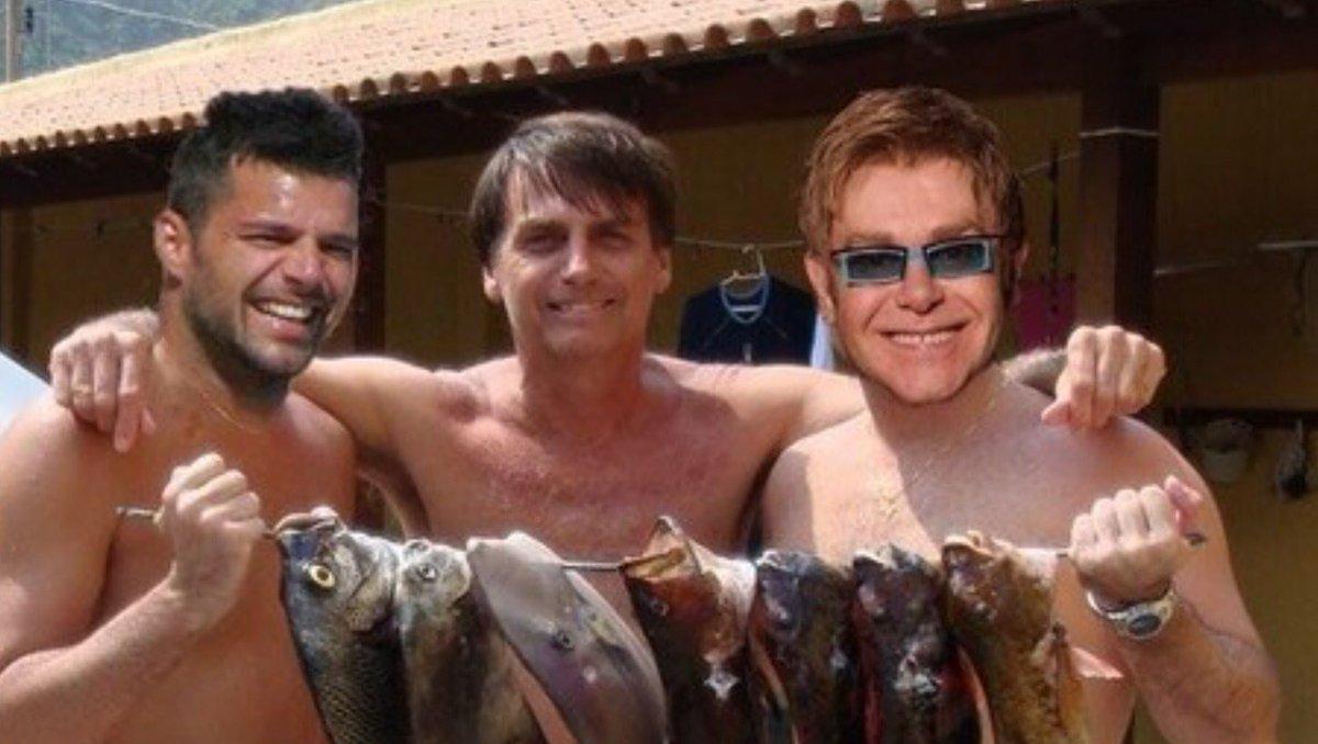 O Boçalnaro nāo foi pra Parada Gay. Foi pescar com Ricky Martin e Elton John!