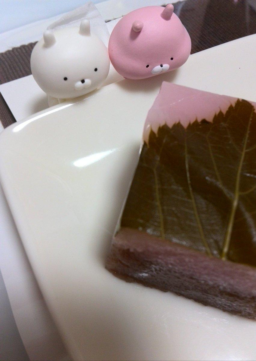 @skmr_29 リッツカールトン大阪のライオンぬいぐるみの周りで遊び回るうさまるとうさこ。食べられないのが不思議♪ 春限定ういろうを美味しそうに眺めるうさまると