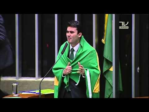 """Caio Nárcio votou """"por Brasil onde meu pai e meu avô diziam que decência e ,,, eram obrigação"""". Hoje o pai foi preso https://t.co/GmF2ZOkkv0"""