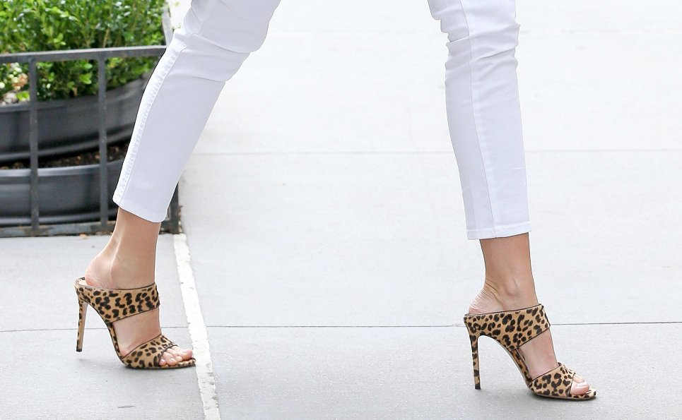 8 fresh new ways to wear white jeans this summer: https://t.co/fZ4TEqeQ7W https://t.co/BLrviICfGB