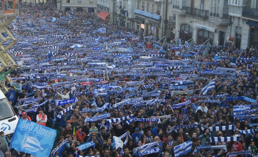 Fotaza de @VTVGasteiz. La plaza con las bufandas albiazules en alto. Aupa @Alaves! #animopues https://t.co/aovJwHvksN