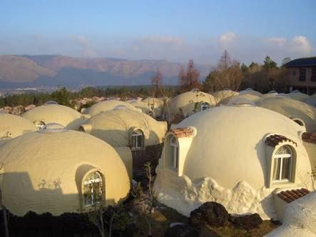 熊本の地震でも崩れなかった阿蘇ファームランドの社長に「なぜドームハウスを作ったのですか?」とアナウンサーがきいたら「おまんじゅうの中のあんこを出して、中に住めたら嬉しいと思ったから!」とニコニコ答えてて愛しさがやばいよおじいちゃん。