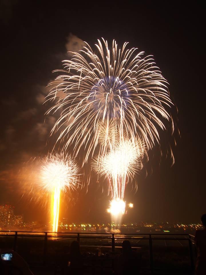 6月2日(木)は「#横浜開港祭」の花火! 位置的に万葉倶楽部の屋上足湯庭園からも見えそうです。 関東一早い花火大会ということで注目です! 写真は2014年の「#万葉倶楽部」 からの様子… #開港祭 #花火大会  #花火  #横浜 https://t.co/h3phg05jwe