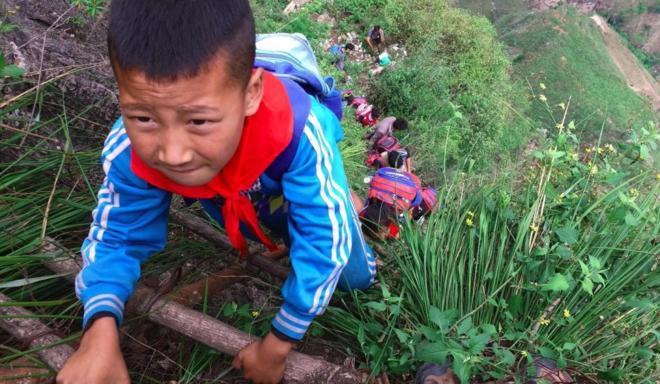 Bambini scalano la montagna per andare a scuola