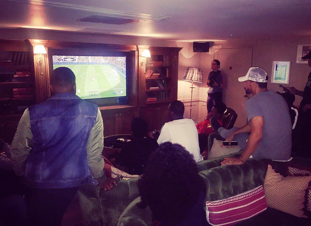The chaps... FIFA anticssssss at Soho House!! @jamaledwards @Tobjizzle @KSIOlajidebt @JakeBugg @JoeBlackUk #RFF https://t.co/qSWnE6h3Hj