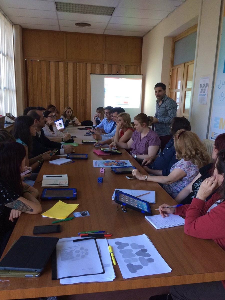 En #IEDUCRIF explicando los beneficios de @Twitter para crear comunidades educativas @javisociales https://t.co/dmYpTkX0Ng